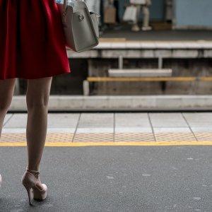 プラットホームの赤いスカート
