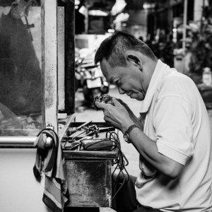時計を修理する男