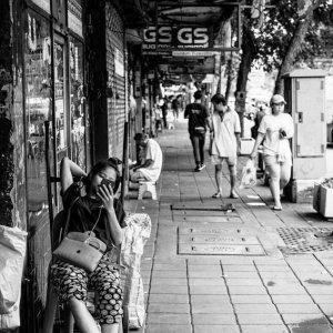 歩道でふんぞり返る若い女