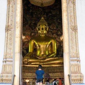 二体の仏像と一人の参拝客