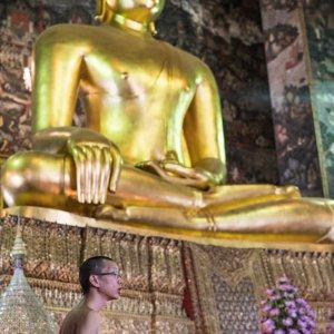 仏像の前の僧侶