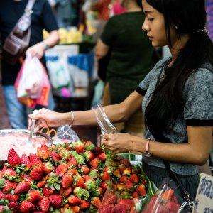 苺を売る女