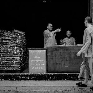 寺院で働く若い僧侶たち