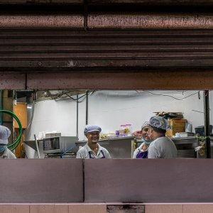 厨房で働く男たち