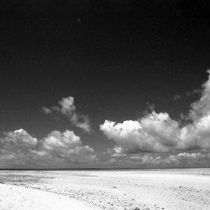浜を歩く人影