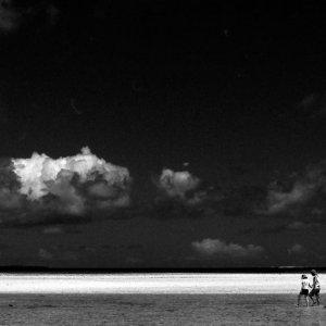 浅瀬を歩くカップル