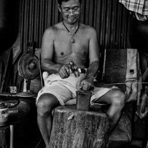 托鉢用の鉢を作る男