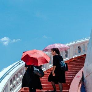 ワット・サケットの赤い階段を登る二人の女性