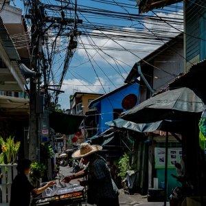 沢山の電線が走る細い路地に出ていた屋台