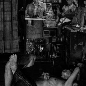 板張りの床で寝ていた男