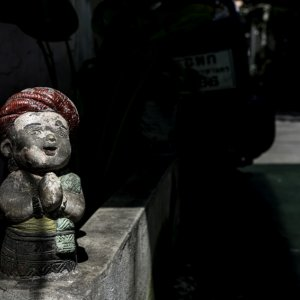 Small statue wearing a red turban