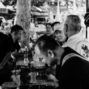タイ将棋に興じる男たち