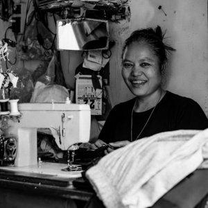 電動式ミシンを使って仕事をしていた女性