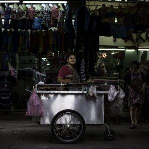 薄暗い路地に出した屋台で働く女性