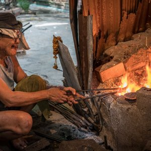 炉で熱する鍛冶職人