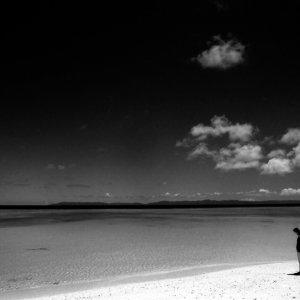 ニシ浜を歩く女