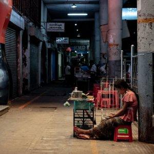 閑散とした通路でクーンを売る若い女性