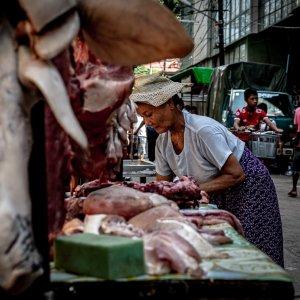 肉屋に吊られていた豚の顔