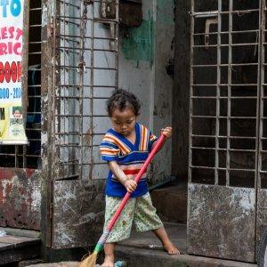 掃除する幼い子ども
