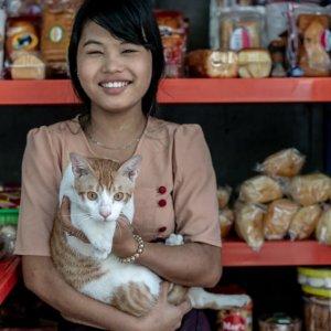 猫を抱く女の子