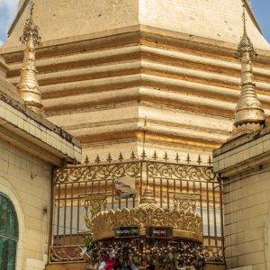 スーレーパゴダの祭壇にお供え物をする男