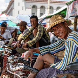 僕を見てニヤリとする自転車タクシーの車夫