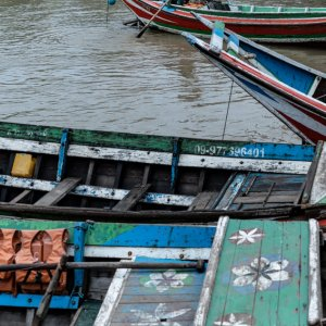 ヤンゴン川に係留されていた木製のボート
