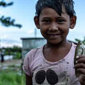 小さな魚を手にした女の子