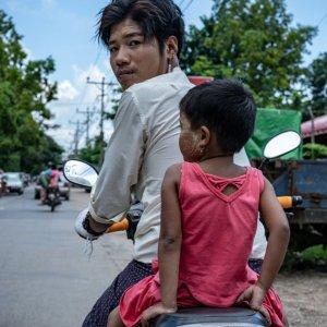 幼い娘と一緒にバイクに跨っていた若いお父さん