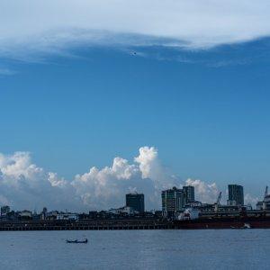 ヤンゴン川に浮かぶ漁船