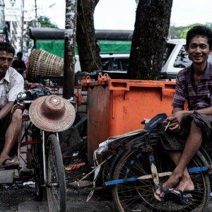 サドルに腰掛けていた自転車タクシーの車夫
