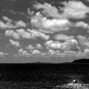 防波堤の上の小さな人影