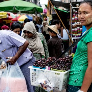 葡萄を売る女性