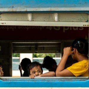 列車の中で出発を待つ親子連れ