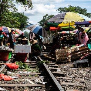 線路の上で商売する行商人