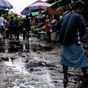 ダニンゴン市場の水たまりだらけの通路
