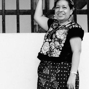 刺繍の服を着た女