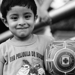 サッカーボールを抱える男の子