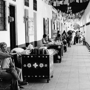 回廊で寛ぐ地元の人たち