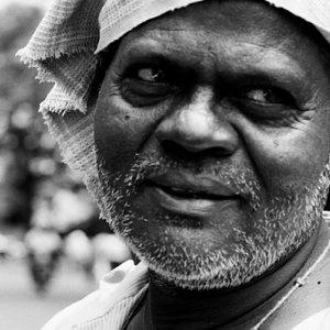Man wrapping cloth around head