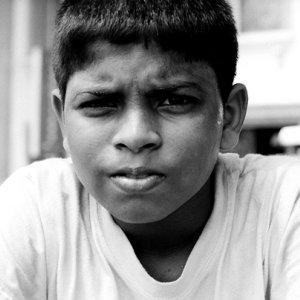 眉間に皺を寄せた男の子