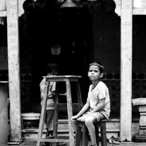 椅子に腰掛けた男の子