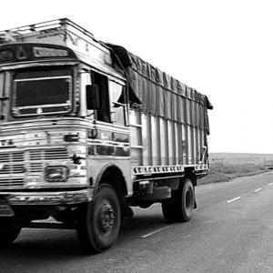 一本道を走るトラック