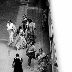 プラットホームを歩く女たち