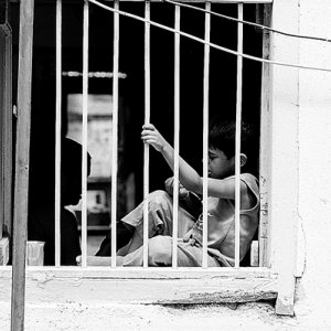 窓辺に座る男の子