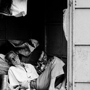 倉庫の中で寝る男