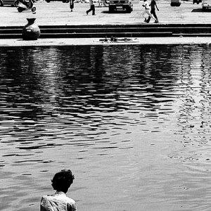 川に浸かる男