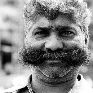 カイゼル髭を蓄えた男