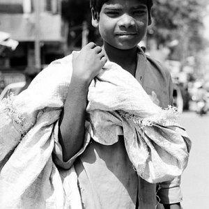 大きな袋を運ぶ男の子