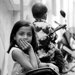 バイクに肘を突いた女の子